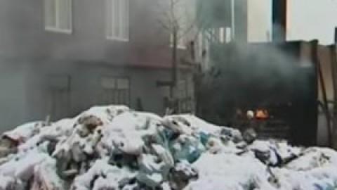 В Чувашии недобросовестные бизнесмены сжигают мусор в самодельной печи прямо на улице