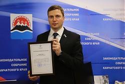 Благодарственное письмо за участие в федеральном проекте «Агент ЖКХ» вручили Анатолию Кирносенко