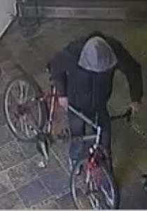 Велосипедный вор попал на камеры видеонаблюдения, установленные в подъезде